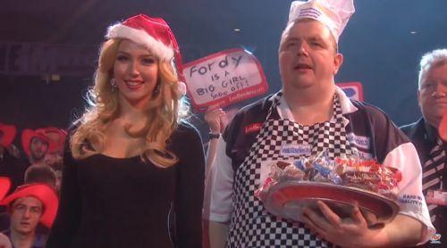 Steve Hine wirft Muffins in das Publikum
