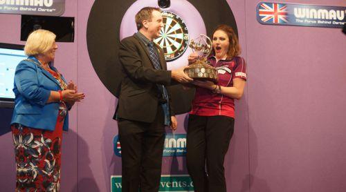 Lorraine Winstanley gewinnt den Damen-Wettbewerb der Winmau World Masters