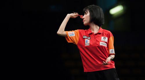 Momo Zhou ist die zweite Dartspielerin beim World Cup of Darts