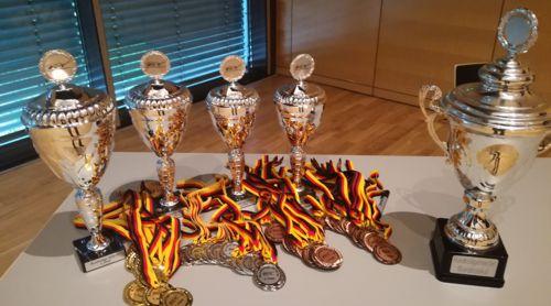 Pokale und Medaillen für die Teilnehmer der Bundesliga-Endrunde
