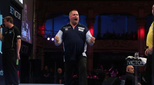 Alan Norris freut sich riesig über seinen Sieg gegen Dave Chisnall