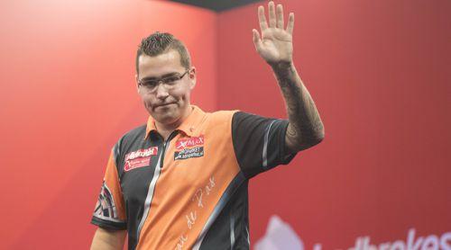 Benito van de Pas winkt seinen Fans zu