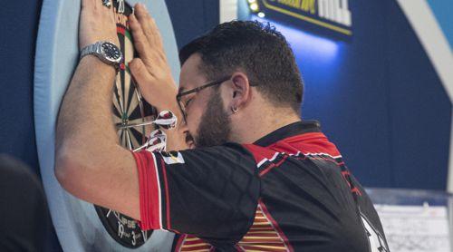 Cristo Reyes bedankt sich beim Dartboard