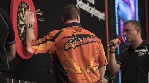 Daryl Gurney zeigt sein Dartshirt von hinten