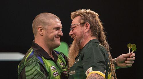 Simon Whitlock begutachtet die Glatze von Daryl Gurney