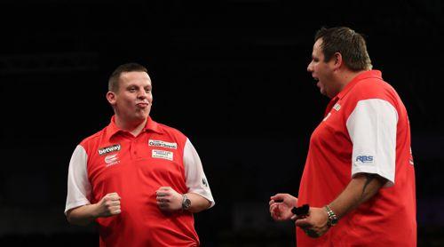Dave Chisnall, hier im ungewohnt roten Trikot, zusammen mit Adrian Lewis für Team England
