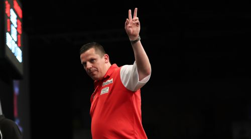 Dave Chisnall mit England-Dartshirt in rot