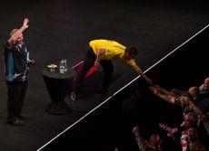 Dave Chisnall verschenkt nach dem Spiel gegen Phil Taylor seine Flights an die Fans
