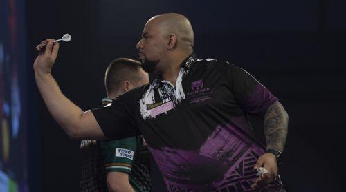 Devon Petersen gewinnt mit ach und krach gegen Steve Lennon
