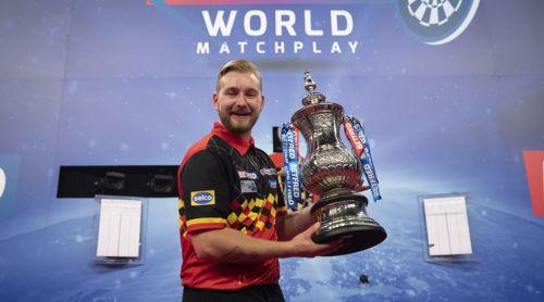 Dimitri Van den Bergh mit dem Pokal des Matchplay-Champion