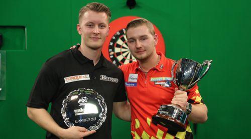 Dimitri van den Bergh und Josh Payne mit den Pokalen der Junioren Weltmeisterschaft