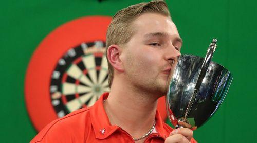 Dimitri van den Bergh besiegte Josh Payne im Finale der Youth World Darts Championship mit 6:3