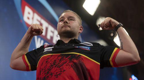 Dimitri Van den Bergh lässt die Muskeln spielen