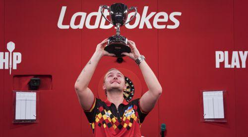 Dimitri Van den Bergh reckt den Pokal des Weltmeisters nach oben