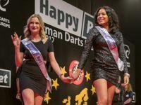 Die Spieler werden auf der European Tour von bildhübschen Damen in die Halle begleitet