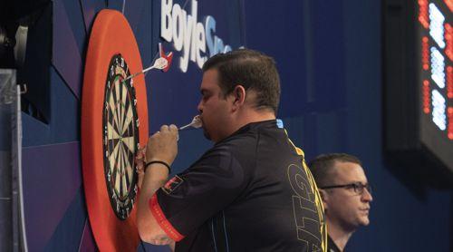 Gabriel Clemens küsst seine Target-Darts