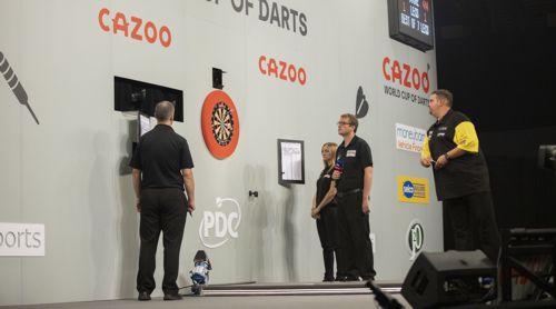 Gabriel Clemens auf der Bühne des World Cup of Darts