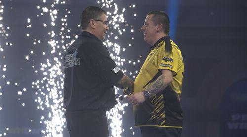 Gary Anderson bedankt sich bei Dave Chisnall, dass er van Gerwen rausgekegelt hatte