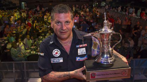 Gary Anderson hier mit dem Pokal der Dubai Darts Masters