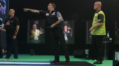 Gary Anderson und Michael van Gerwen im Duell der Darts-Weltmeister