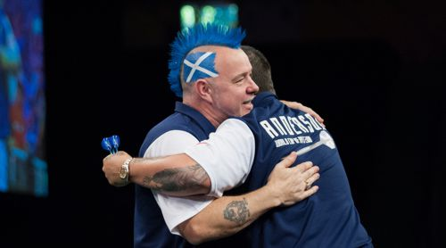 Gary Anderson umarmt Peter Wright