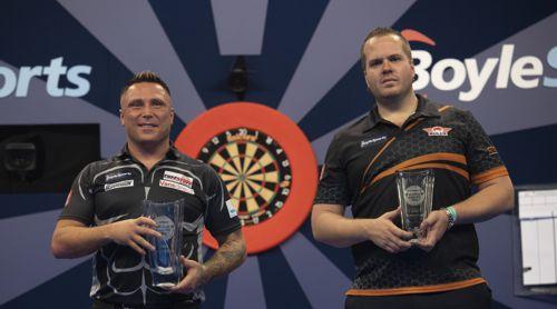 Gerwyn Price und Dirk van Duijvenbode mit Pokalen