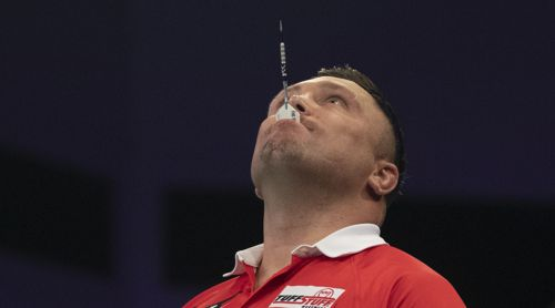 Gerwyn Price mit Darts-Flight im Mund