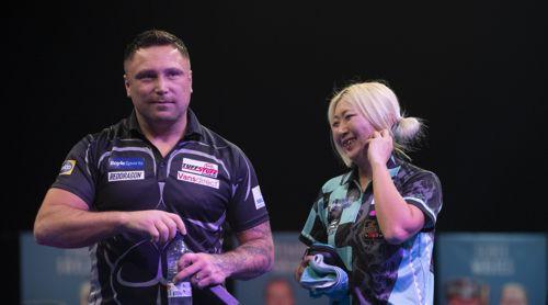 Gerwyn Price und Weltmeisterin Mikuru Suzuki