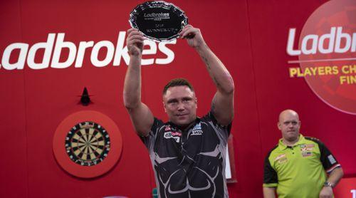Gerwyn Price erhält für den zweiten Platz der Players Championship Finals die obligatorische Silberschale