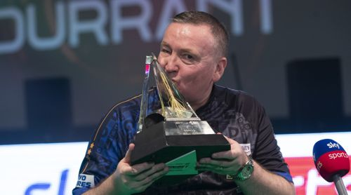 Glen Durrant mit dem Pokal der Premier League Darts