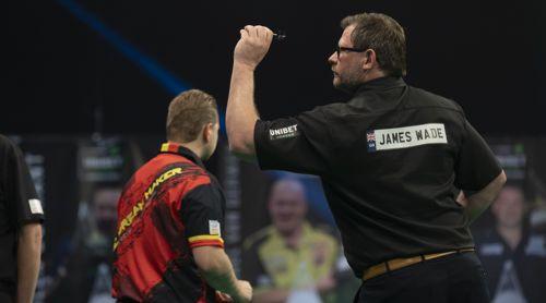 James Wade wirft mit links, Dimitri Van den Bergh mit rechts