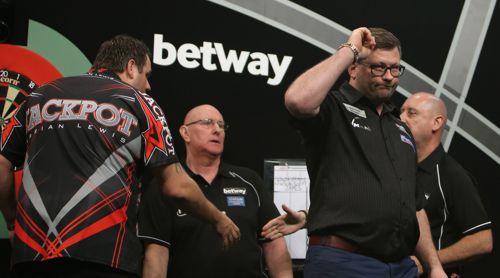 James Wade bleibt in der Premier League Darts 2017 bisher ungeschlagen