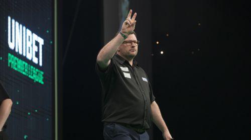 James Wade zeigt drei Finger