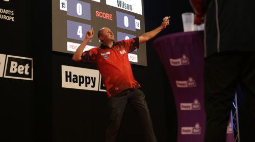 James Wilson hat viel Spaß am Dartspiel