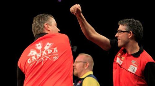 Jeff Smith mit seinem Landsmann John Part beim World Cup of Darts 2013