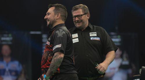 Jonny Clayton und James Wade haben Spaß