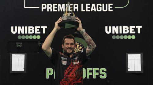 Jonny Clayton mit dem Pokal der Premier League