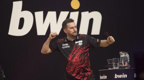 Jonny Clayton vor dem Logo des Grand Slam-Sponsors bwin