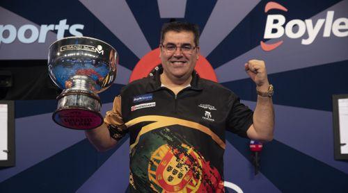 Jose de Sousa mit dem Pokal des Siegers
