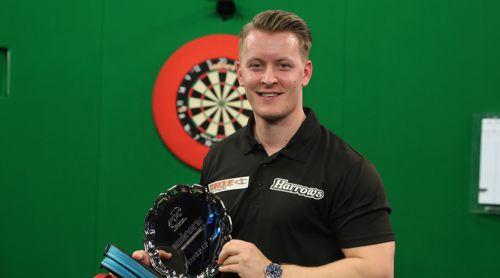 Josh Payne mit der Trophäe für den Junioren Darts WM Vize-Weltmeister