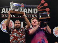 Kyle Anderson und Corey Cadby mit den Trophäen der Auckland Darts Masters