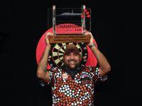 Kyle Anderson mit dem Pokal der Auckland Darts Masters