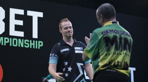 Max Hopp besiegt Darren Webster
