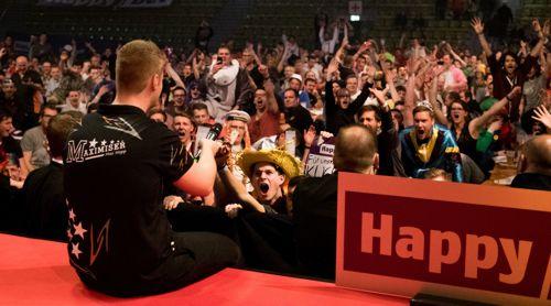 Max Hopp feiert mit den Fans in Sindelfingen