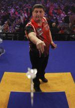 Mensur Suljovic spielt Darts der Marke Bull's