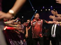 Mensur Suljovic beim European Darts Grand Prix 2016