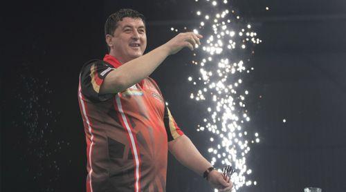 Mensur Suljovic genießt die Begrüßung der Dartfans