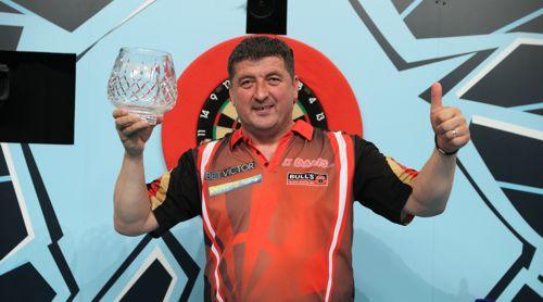 Mensur Suljovic mit dem Pokal für den zweiten Platz