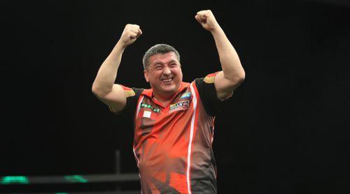 Mensur Suljovic freut sich über seinen ersten Major-Turnier Sieg