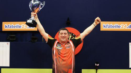 Mensur Suljovic mit dem Pokal der German Masters